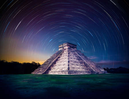 kukulkan: Templo de Kukulk�n, la pir�mide de Chich�n Itz�, Yucat�n, M�xico en la noche