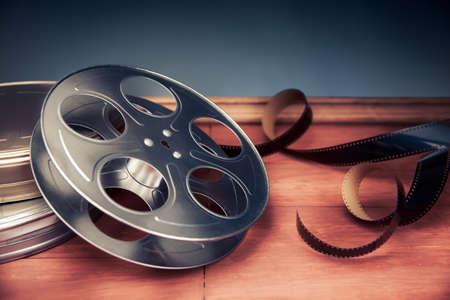 cinta pelicula: industria del cine objetos sobre un fondo gris Foto de archivo