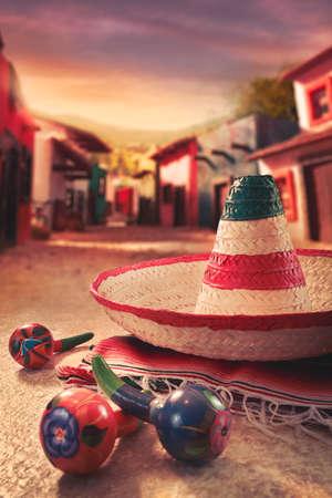 """Mexicaanse fiesta achtergrond met een hoed """"sombrero"""" en """"maracas"""" in een Mexicaanse stad"""