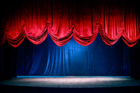 curtain theater: Cortina del teatro y escenario con iluminaci�n espectacular Foto de archivo