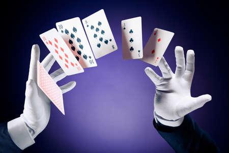 jeu de carte: Magicien mains avec des cartes magiques Banque d'images