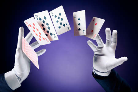 mago: Manos del mago con las tarjetas de magia