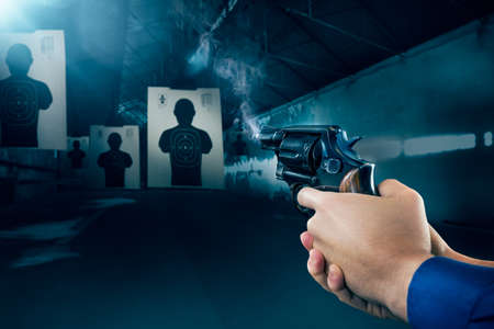 pistola: El oficial de polic�a con una pistola en un campo de tiro