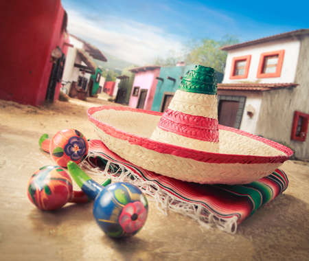 """멕시코 마을에서 """"serape""""에 멕시코 모자 """"챙 넓은 모자"""""""