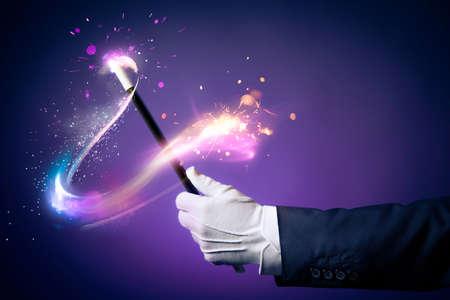 magia: La mano del mago con la varita mágica Foto de archivo