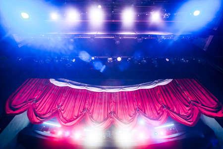 cortinas rojas: Cortina del teatro y escenario con iluminaci�n espectacular Foto de archivo