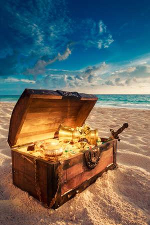 cofre del tesoro: cofre del tesoro abierto con oro shinny Foto de archivo