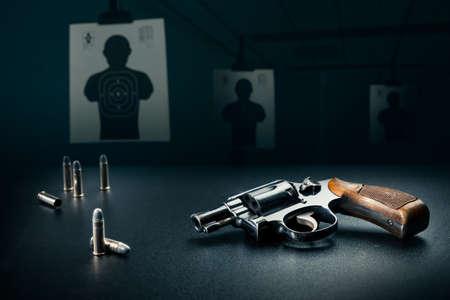 filmacion: arma que se sienta en una mesa con conchas de bala Foto de archivo