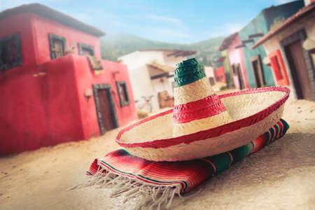 """traje mexicano: Sombrero mexicano """"sombrero"""" en un """"sarape"""" en un pueblo mexicano Foto de archivo"""