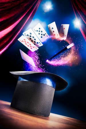 magia: compuesta foto de un sombrero mágico en un escenario Foto de archivo