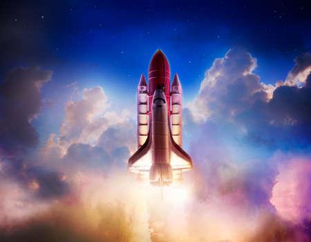 mision: El transbordador espacial despegando en una misión Foto de archivo