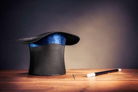 wizard hat: compuesta foto de un sombrero m�gico en un escenario Foto de archivo