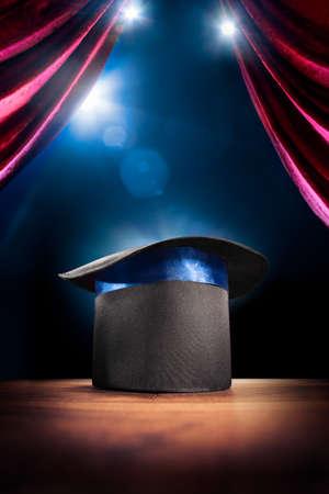 foto composiet van een magische hoed op een podium