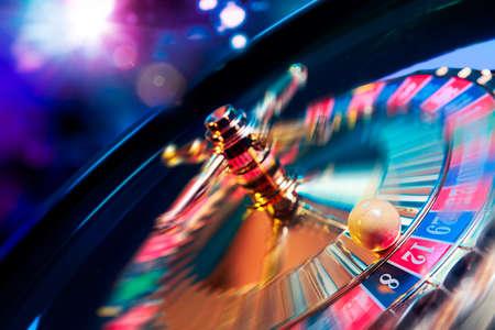 bonne aventure: l'image de contraste élevé de la roulette de casino en mouvement