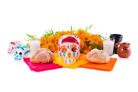 """suiker schedel gebruikt voor """"dia de los muertos"""" viering geïsoleerd op wit met cempasuchil bloemen"""