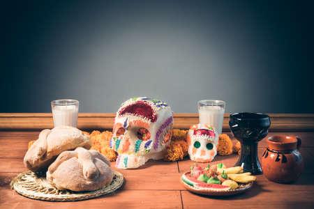 灰色の背景にdia デ ロス muertosのお祝い用シュガー スカルの高コントラスト画像