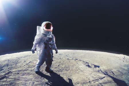 El astronauta de pie en la luna Foto de archivo - 64138945