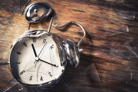 목조 배경에 알람 시계를 파괴