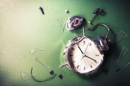 molesto: reloj despertador destruida en una pizarra  tarde a la escuela concepto
