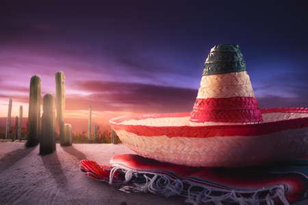 """traje mexicano: sombrero mejicano """"sombrero"""" en un """"poncho"""" en un desierto mexicano en la noche Foto de archivo"""
