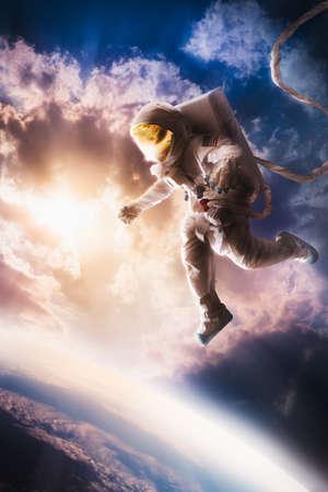 成層圏、地球の近くに浮かんでいる宇宙飛行士