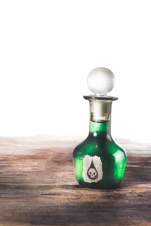 veneno frasco: botella de veneno en una superficie de madera aislado en blanco