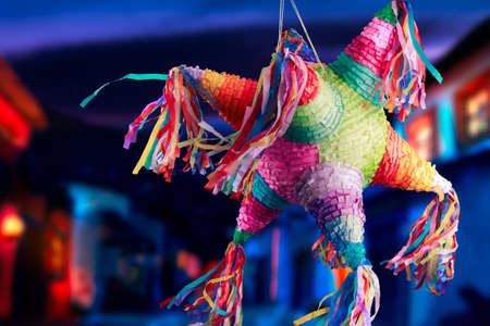 誕生日で使用されるカラフルなメキシコのピニャータ 写真素材