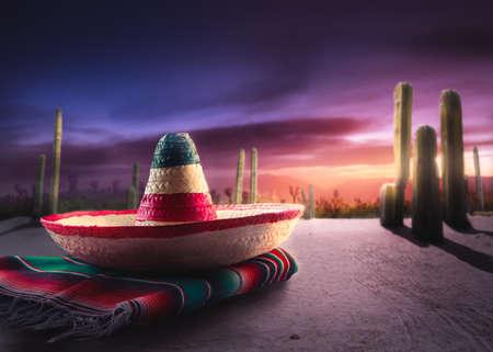 """Sombrero mejicano """"sombrero"""" en un """"poncho"""" en un desierto mexicano en la noche Foto de archivo - 64141945"""