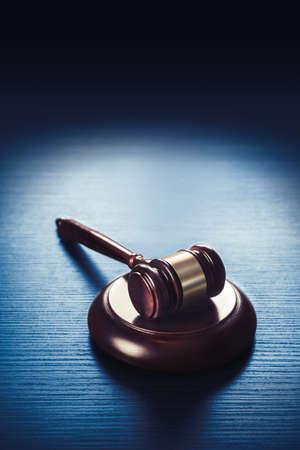 autoridad: imagen de alto contraste de Mazo del juez sobre un fondo de madera azul Foto de archivo