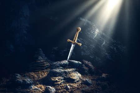 image de contraste élevé de Excalibur, l'épée dans la pierre avec les rayons lumineux et les spécifications de poussière dans une grotte sombre