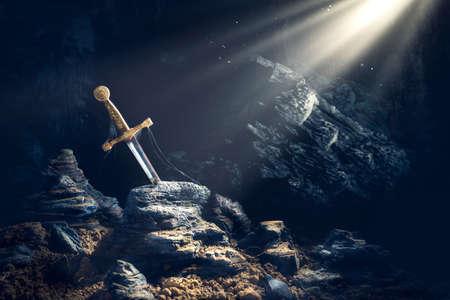 Wysoki kontrast obrazu Excalibur, miecz w kamieniu z promieniami światła i specyfikacji pyłu w ciemnej jaskini