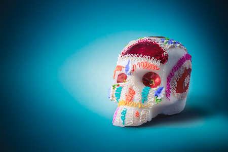 """Contrast beeld van de hoge van de schedel suiker die voor """"dia de los muertos"""" feest in een blauwe achtergrond Stockfoto - 64144279"""