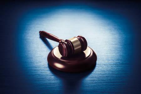 kontrastreiches Bild von Richter Hammer auf einem blauen Holzuntergrund Standard-Bild