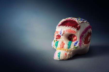 """contrast beeld van de hoge van de schedel suiker die voor """"dia de los muertos"""" feest in een grijze achtergrond Stockfoto"""