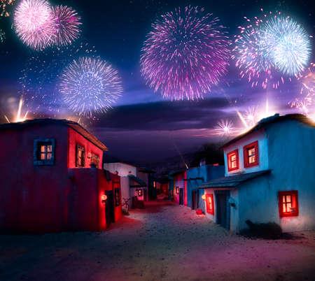 Maßstabgetreues Modell einer mexikanischen Stadt bei twlight mit Feuerwerk Standard-Bild - 64145771