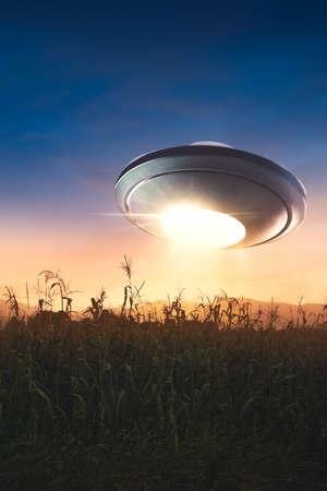 UFO Flying over een maïsveld bij zonsondergang