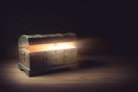 pandoras box with smoke on a wooden background Imagens