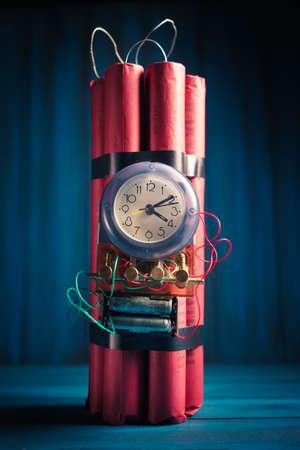dinamita: Imagen de alto contraste de una bomba de tiempo en un fondo de madera Foto de archivo