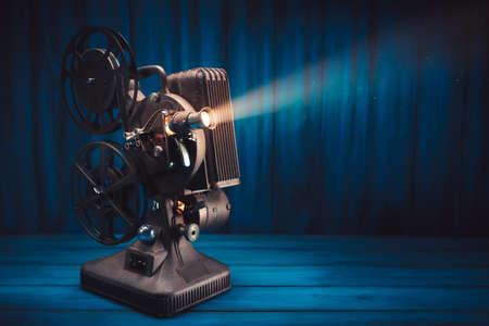 Proyector de película sobre un fondo de madera con iluminación espectacular y enfoque selectivo Foto de archivo - 75329595