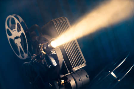 proyector de película sobre un fondo de madera con iluminación espectacular y enfoque selectivo