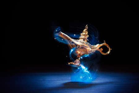 Magic Genie Lampe schwimmt auf einem dunklen Hintergrund Standard-Bild - 75333323