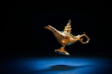 Magic Genie Lampe schwimmt auf einem dunklen Hintergrund