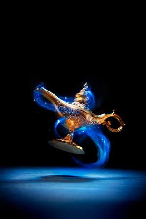 Magic genie lamp drijvend op een donkere achtergrond