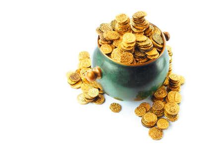 des pièces d'or dans un pot vert isolé sur blanc