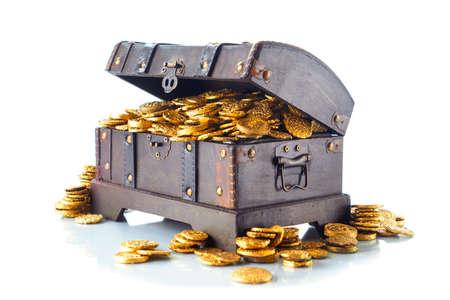 Open schatkist vol met gouden munten geïsoleerd op wit