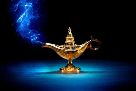 어두운 배경에 연기와 마법의 요정 램프 스톡 콘텐츠