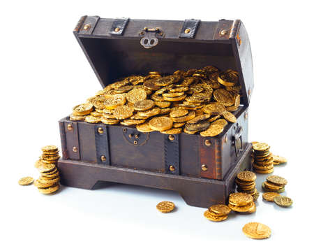 monedas antiguas: Abrir el cofre del tesoro lleno de monedas de oro aislado en blanco Foto de archivo