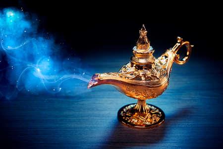 Mágica lámpara de genio con humo sobre un fondo oscuro Foto de archivo - 75333398