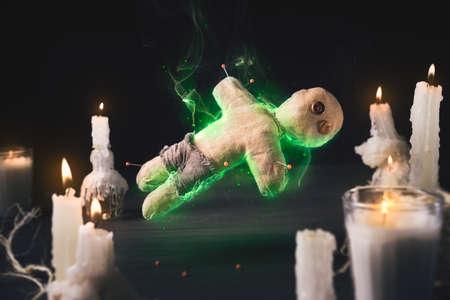 Voodoo Doll sobre un fondo de madera con la iluminación dramática Foto de archivo