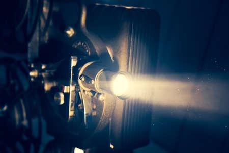 Projecteur de film avec éclairage dramatique, image à contraste élevé